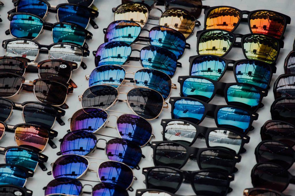 Come scegliere il colore delle lenti degli occhiali da sole in base alle caratteristiche